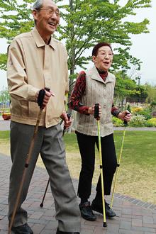 あんしん二本杖なら、高齢者のウォーキングの安全性を高めます。
